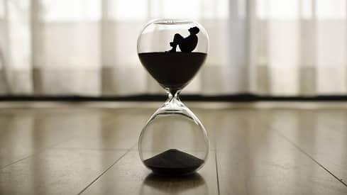 الزمن والأفعال الإلهية وأبدية الإنسان Hourglass