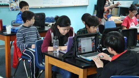 كاتبة أمريكية: الاستثمار في المعلم أهم من توفير الانترنت في الفصول