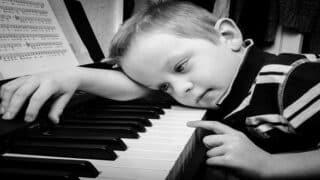 ما هي  أكثر عبارات الوالدين المتسببة بأضرار نفسية  للطفل ؟