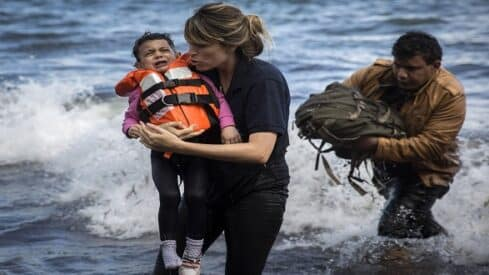 متطوعون ينقذون أرواحهم بمساعدة اللاجئين