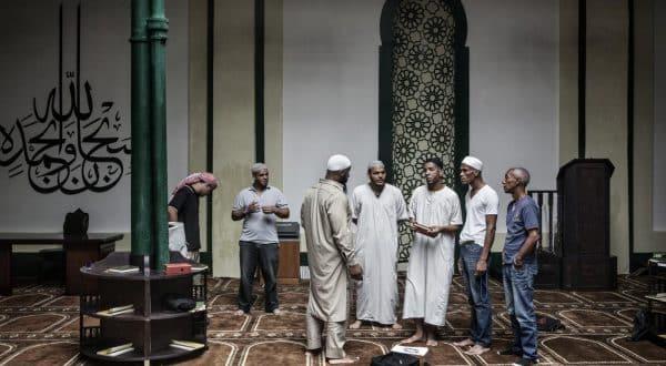مجموعة من البشر فى مسجد