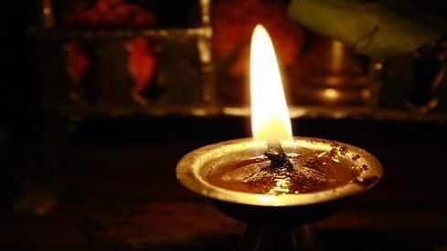 """إنارة """"نلولك"""" الهندية بين العادة والعبادة"""