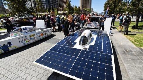 هذا هو المستقبل.. سيارة عائلية تعمل بالطاقة الشمسية