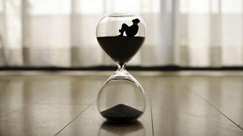 الزمن والأفعال الإلهية وأبدية الإنسان