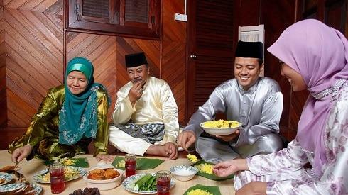عائلة أسيوية تتناول وجبة الإفطار في رمضان