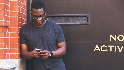 """جيل الهواتف الذكية على حافة أزمة """"صحية عقلية"""""""