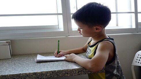 كيف أصنع من طفلي كاتبا؟