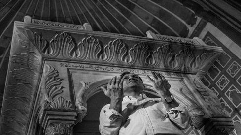 النبوة بين واسطة العبادة والتبليغ