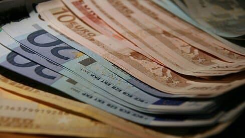 لماذا يتغير سعر الصرف بين عملتين؟