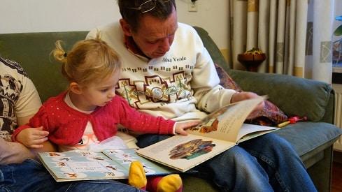 دراسة : القراءة للأطفال من الكتب المطبوعة أفضل من الإلكترونية, ايجابيات القراءة الورقية, سلبيات القراءة الالكترونية, عيوب الكتاب الالكتروني, كتب أطفال, مجلة أطفال, مكتبة أطفال, مميزات الكتاب الالكتروني,
