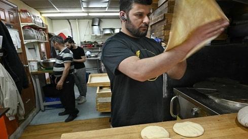 الجوع من أجل الله: كيف يحافظ مهاجر مسلم على صيامه رغم عمله في صناعة الأغذية؟,