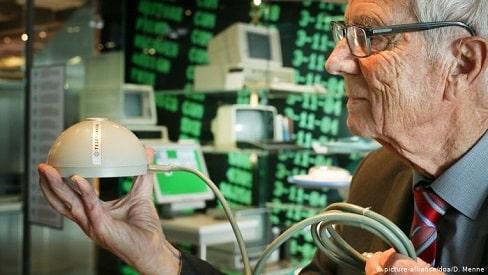 """راينر ماليبراين .. المخترع """"المنسي"""" صاحب أول فأرة حاسوب على الاطلاق"""