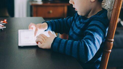 هل تدعم التكنولوجيا عملية تعلم الطفل أم تعيقها؟