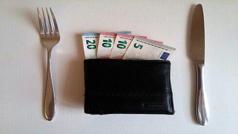 هل يمكن إخراج مال الزكاة في رمضان لإفطار الصائمين؟