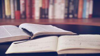 بحث علمي داخل مكتبة