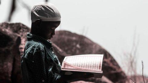 طفل يقرأ القرآن