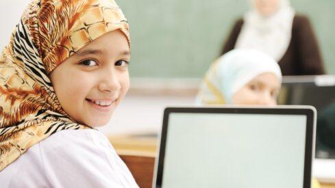 طالبة فى مدرسة