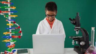 طفل ومختبر
