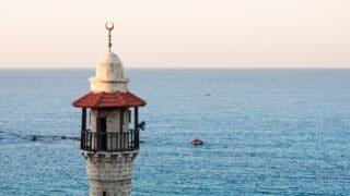 مسجد يطل على البحر