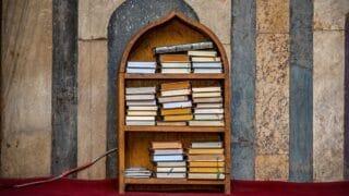 كتب دينية في أرفف المكتبة