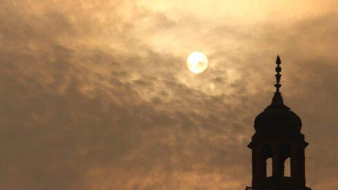 وقت غروب الشمس والمئذنة