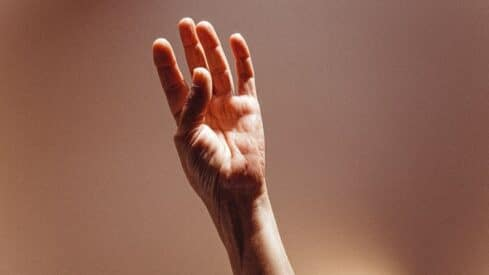 يد ممدوة للسماء
