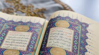 يقرأ السورة الاولى من القرآن