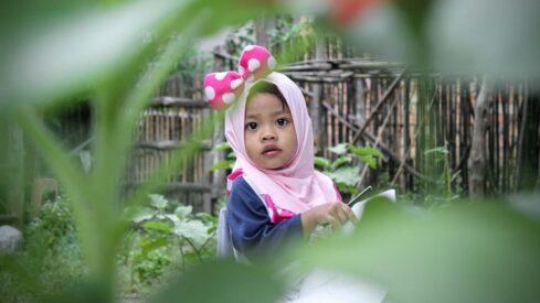 الطفلة في الحديقة