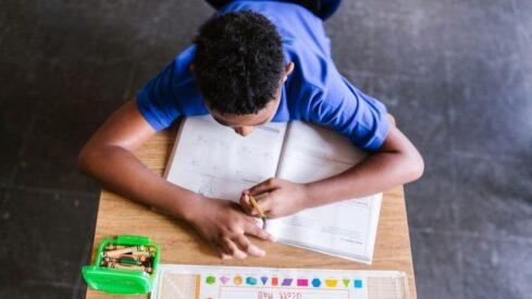 طالب يرسم