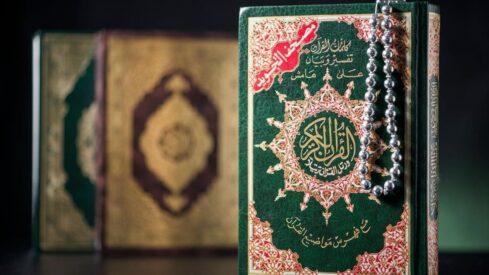 نسخ من القرآن على المكتب