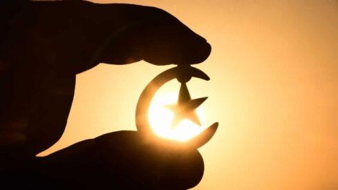 يصور شعار الهلال