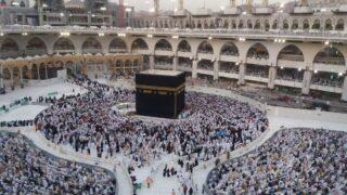 Men praying around the Ka'abah